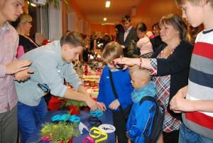 Õpetaja Kristi Suppi jälgib oma õpilaste tegevust Foto Urmas Saard