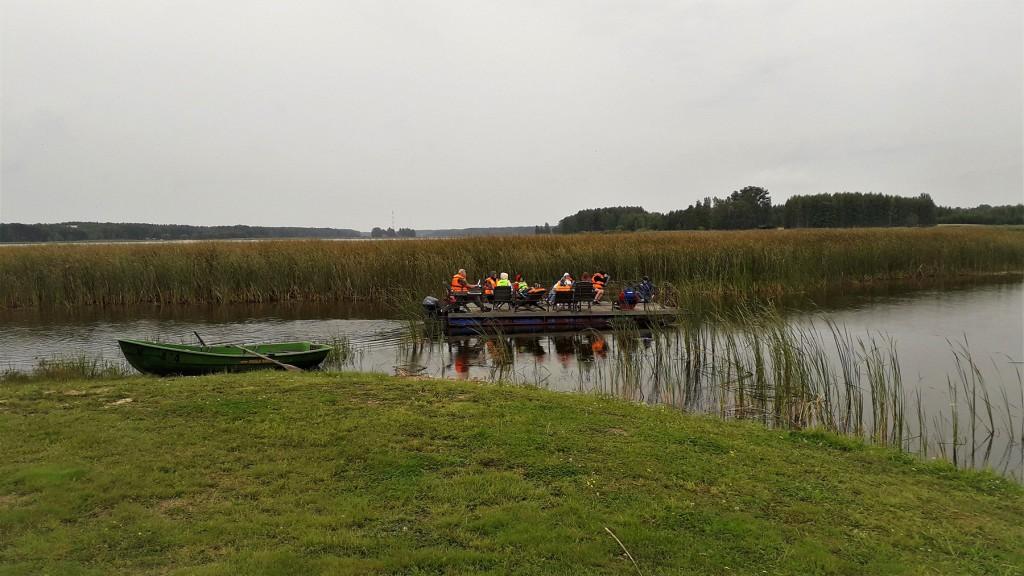 Õpilased keskkonnahariduslikul parvesõidul Peipsi järvel. Foto Ederi Ojasoo, Peipsi Koostöö Keskus