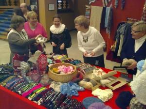 Võrumaa naised Riigikogus oma käsitööd müümas. Foto: Jaanus Mark
