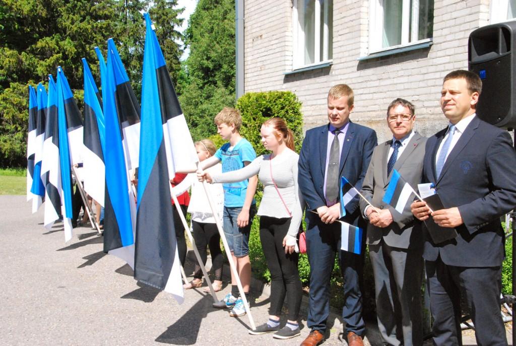2016 a lipu päeva pidulikul lipurivistusel Sindis osalesid teiste hulgas Kalev Kaljuste, Jüri Trei ja Jüri Ratas Foto Urmas Saard