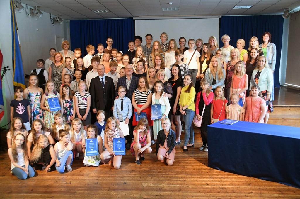 4 juunil Endlas esinenud sintlased koos Andrus Vaarikuga Foto Urmas Saard