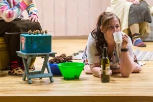 """Pajusi teatri näitleja Anni Õnneleid lavastuses """"Kunagi ei saa turul õiget hinda""""."""