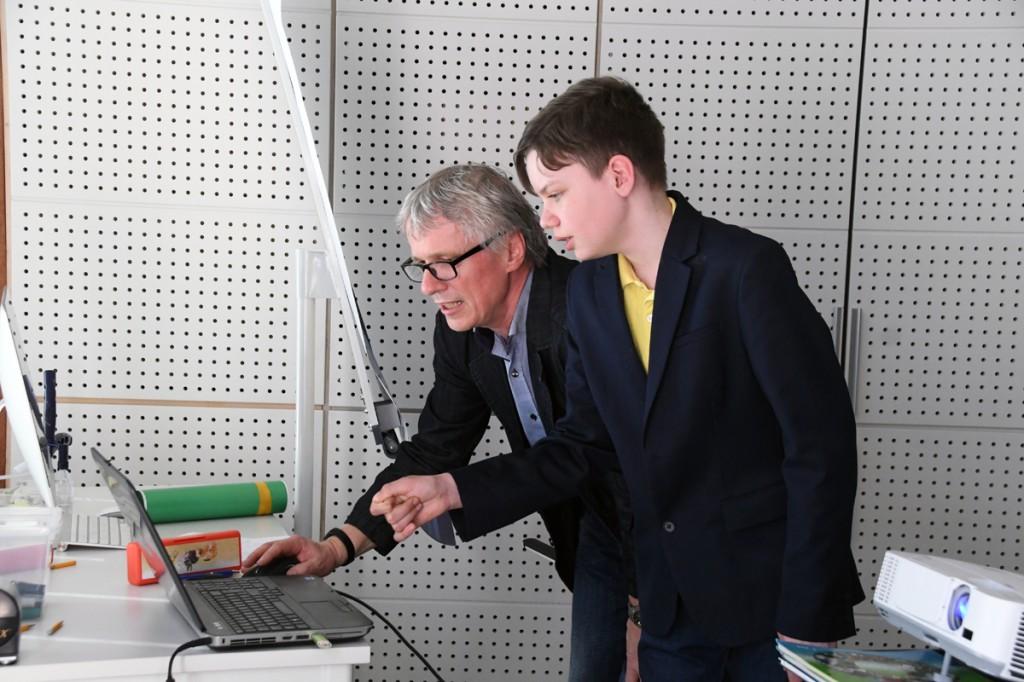 Aarne Paul on Joosep Ailistele loengu läbiviimisel tehnilist abi osutamas Foto Urmas Saard