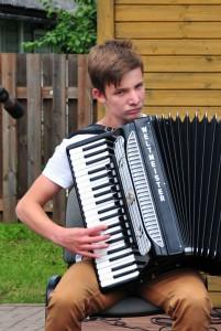 Musitseerib Abja muusikakooli õpilane Helari Tehvan