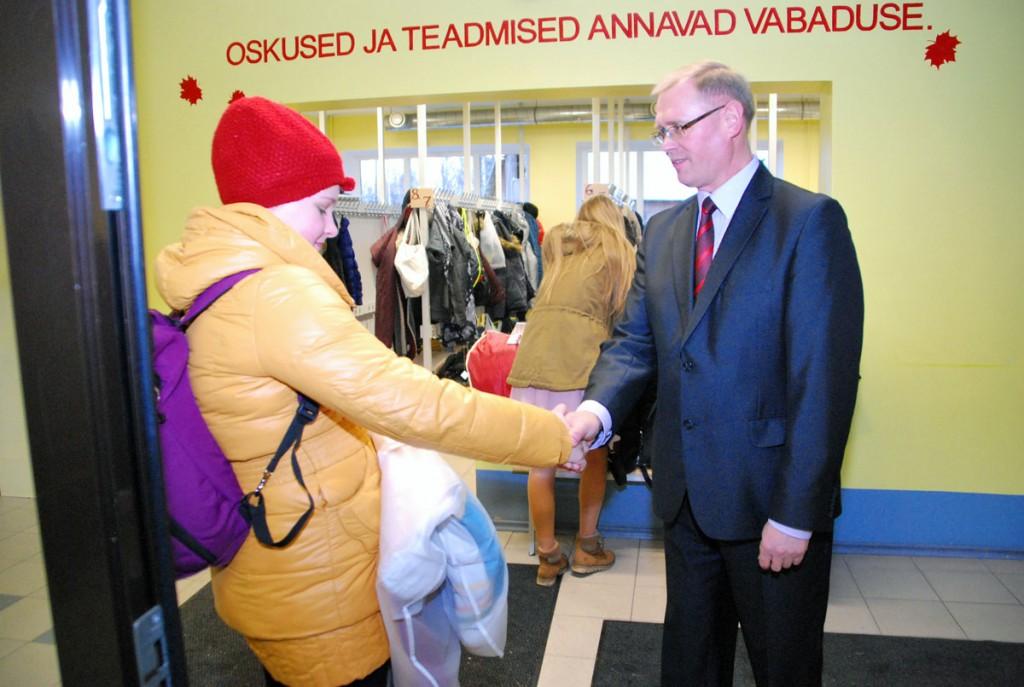 Ain Keerup, Sindi gümnaasiumi direktor, kätles kõiki vene keele päevale saabujaid ja lahkujaid Foto Urmas Saard
