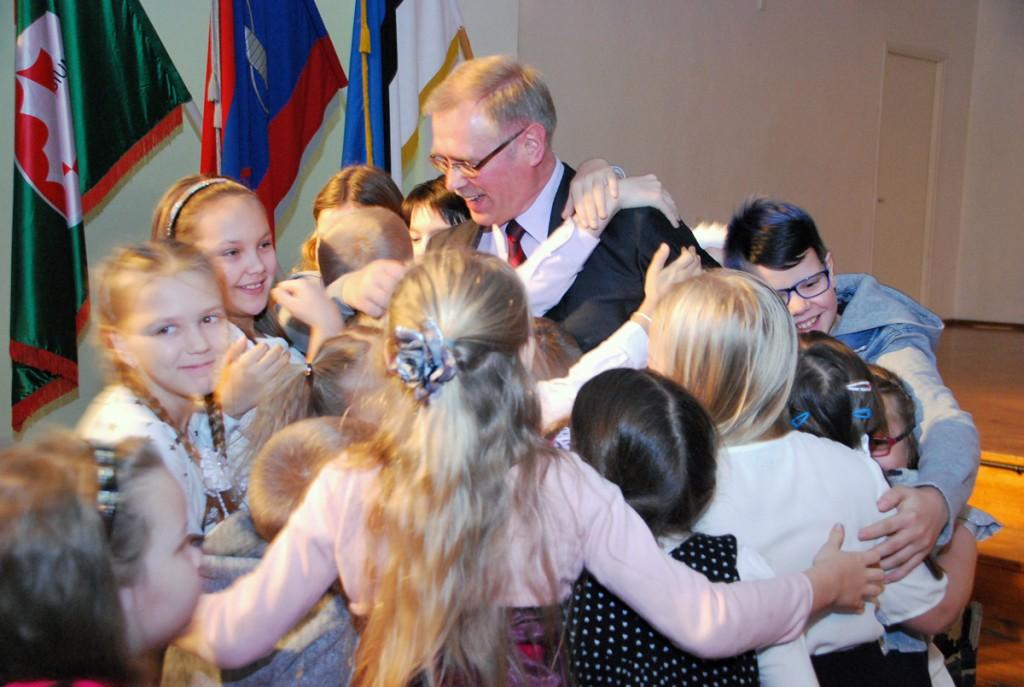 Ain Keerup, Sindi gümnaasiumi direktor, oma õpilastest ümbritsetuna Foto Urmas Saard
