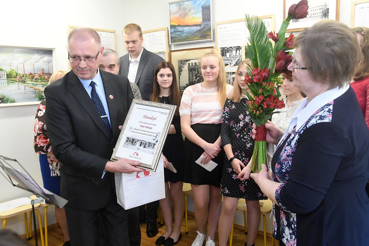 Ain Keerup tänab Sindi gümnaasiumi nimel Heidi Vellendit kooliga tehtud aastate pikkuse koostöö eest. Foto Urmas Saard