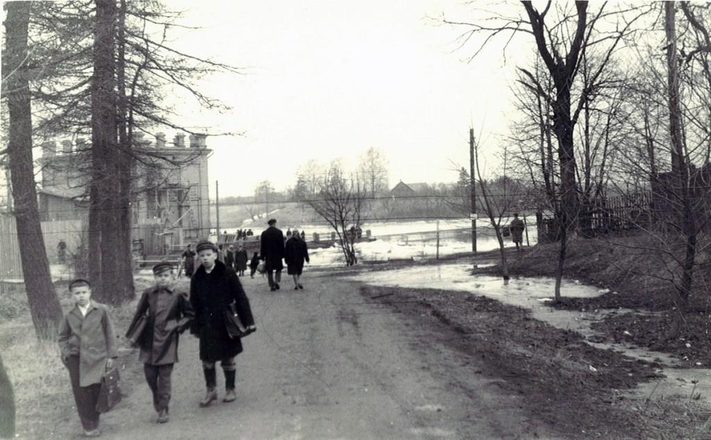 Ajalooline pilt, kus koolipoisid tulevad paisult Foto perekond Tsukkeri kogust