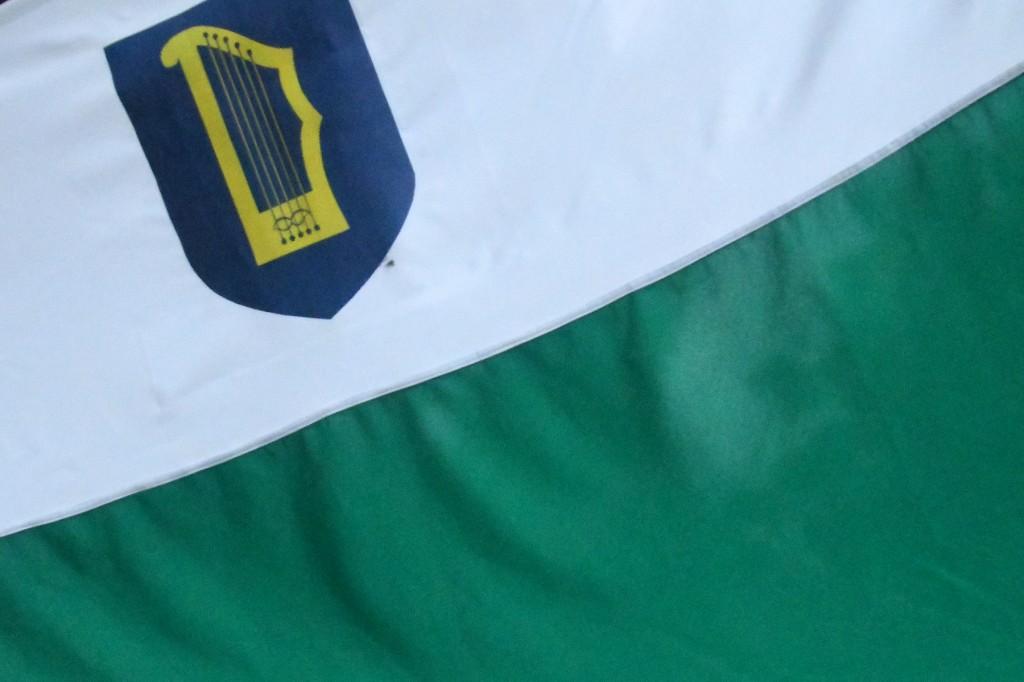 Ajaloolist valge-rohelist Petserimaa lippu kaunistab kannel. Foto Urmas Saard