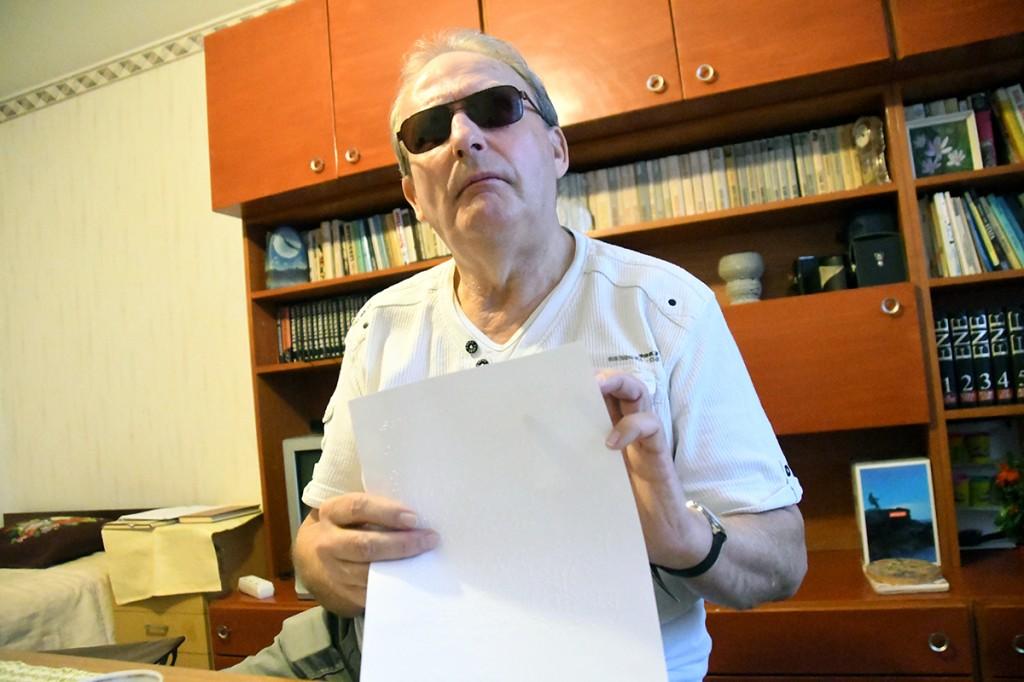 Aldo Kals, Külauudiste infoveski kauaaegne kirjasaatja, loeb oma kodus reljeefsetes punktikombinatsioonides koostatud kirja. Foto Urmas Saard