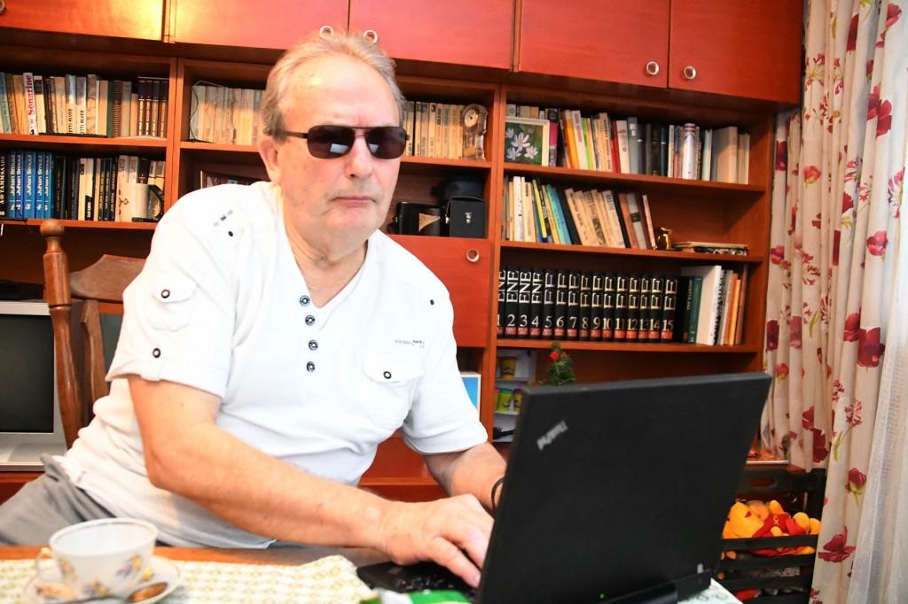 Aldo Kals oma Tartu kodus Külauudiste infoveskile järjekordset kaastööd tegemas. Foto Urmas Saard