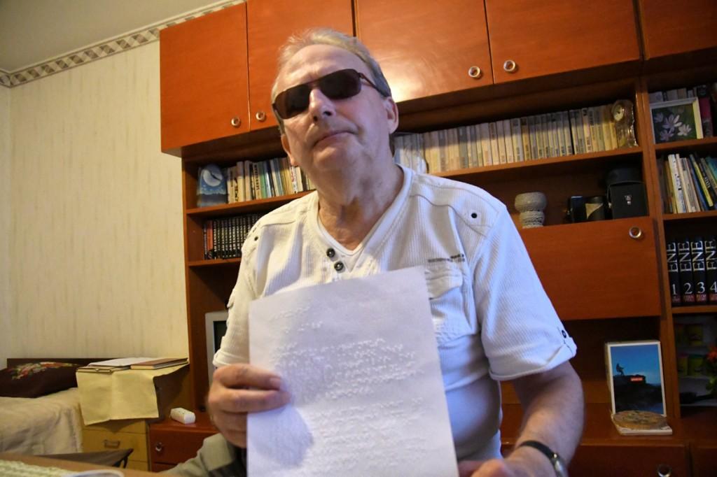 Aldo Kals punktkirjas koostatud Külauudiste tänukirjaga Foto Urmas Saard