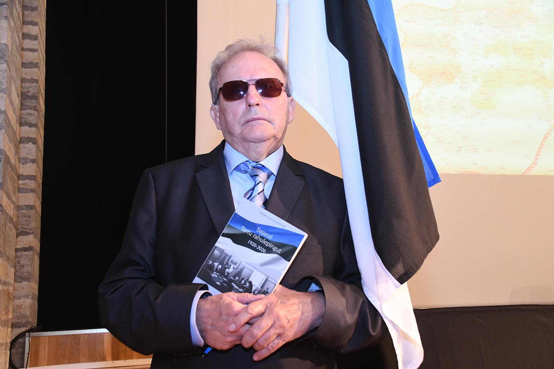 Aldo Kals raamatuga Sajand Tartu rahulepingut 1920-2020. Foto Urmas Saard