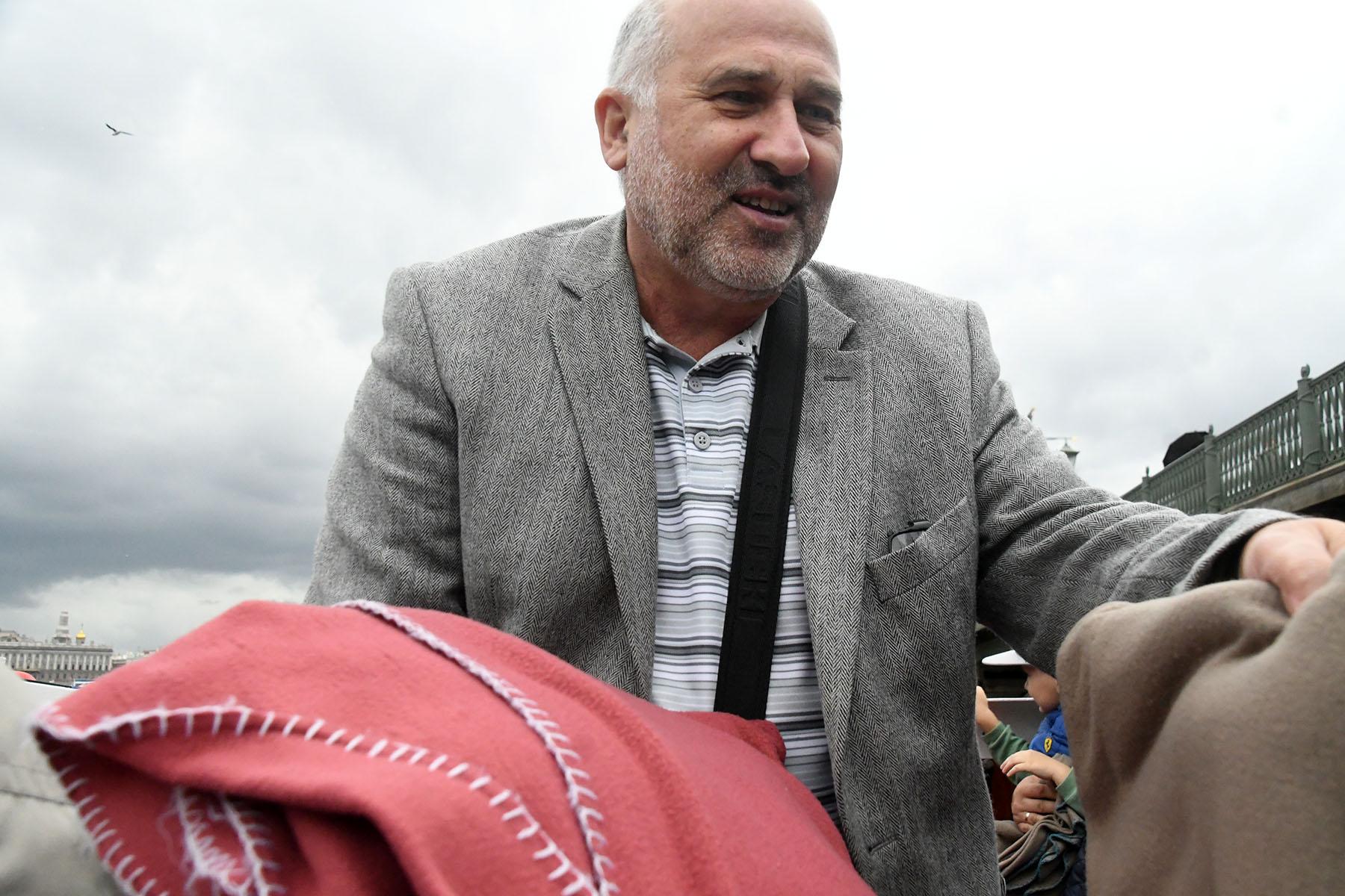Aleksey Vasiljev jagab laevasõidul sooja andvaid tekke. Foto Urmas Saard