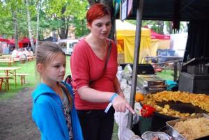 Amanda koos oma ema Kadri Vallimäega XXIII Viljandi pärimusmuusika fesitvalil Foto Urmas Saard