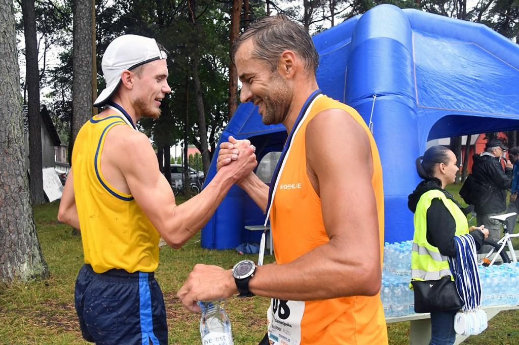 Andres Veerpalu õnnitleb endast väledamalt jooksnud kolmanda Uhla–Rotiküla  elamusjooksu võitjat Karl Mäed Foto Urmas Saard