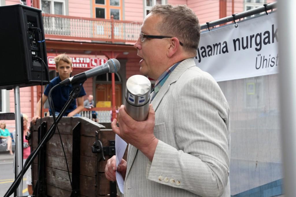 Andrus Kärpuk, MTÜ Pärnumaa Ühistranspordikeskuse juhatuse liige, tutvustab Pärnu bussijaama nurgakivi kapsli sisu Foto Urmas Saard
