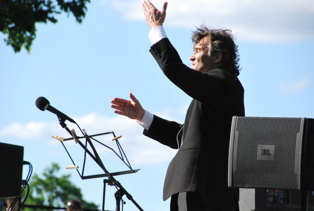 Andrus Siimoni juhatamisel kõlab ühendkoori estuses Eesti lipp, Enn VõrkMartin Lipp Foto Urmas Saard