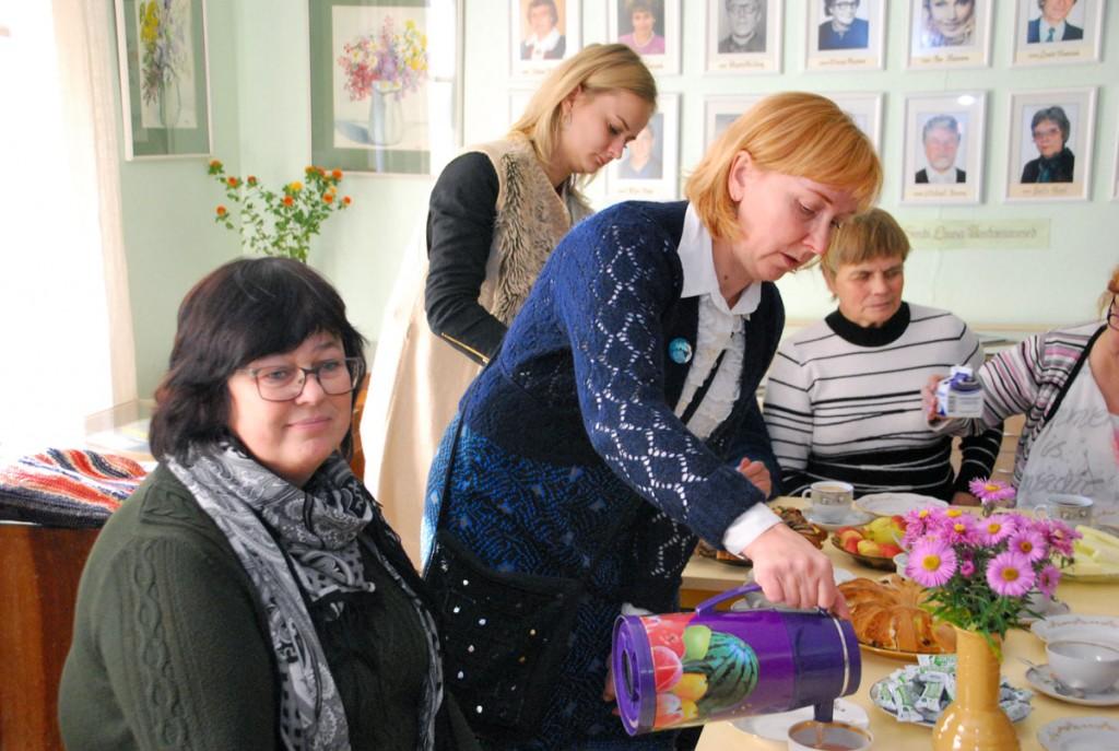 Anne Ats, Anu Eisenschmidt ja Iivi Kallaste (kohvi valamas) näituse avamise kohvilauas Foto Urmas Saard