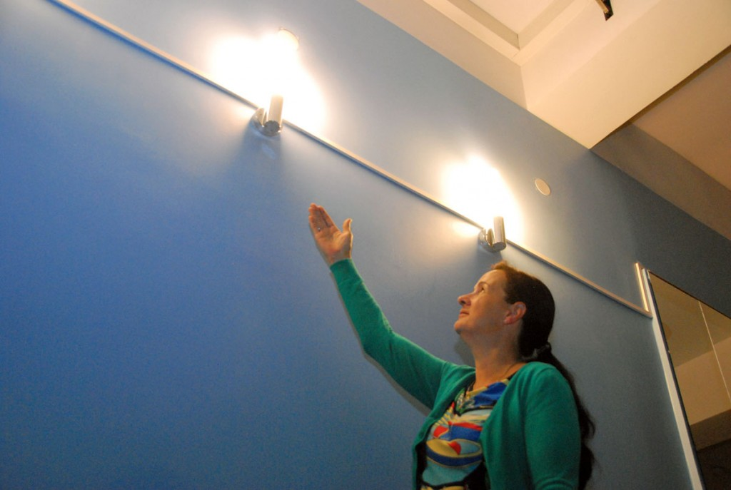 Anneli Uustalu, Sindi seltsimaja juhataja, tunneb head meelt uutest seinavalgustitest Foto Urmas Saard