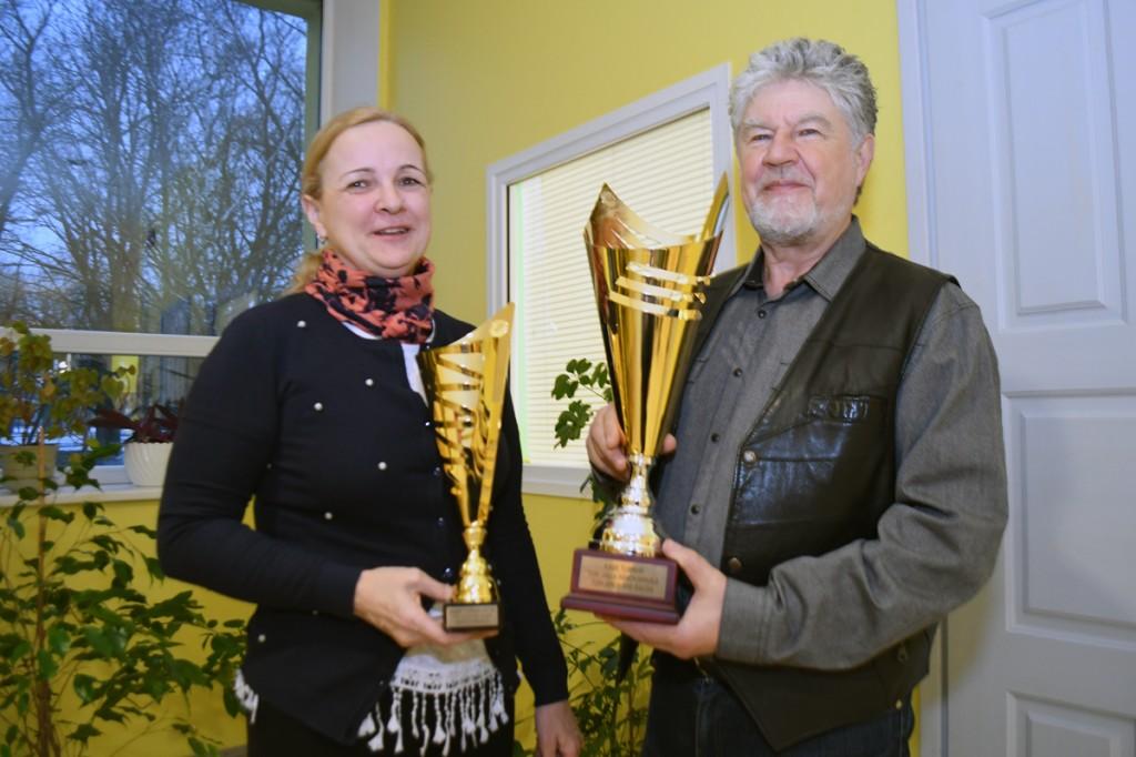 Anneli Uustalu ja Mihail Šorini käes on karikad, mis antakse laupäeval võitjatele üle Foto Urmas Saard