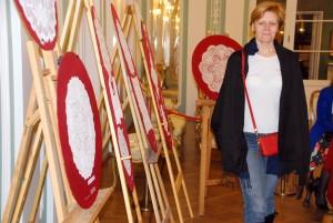 Annely Akkermann, üks raamatu väljaandmise toetajaist, näitusega tutvumas Foto Urmas Saard