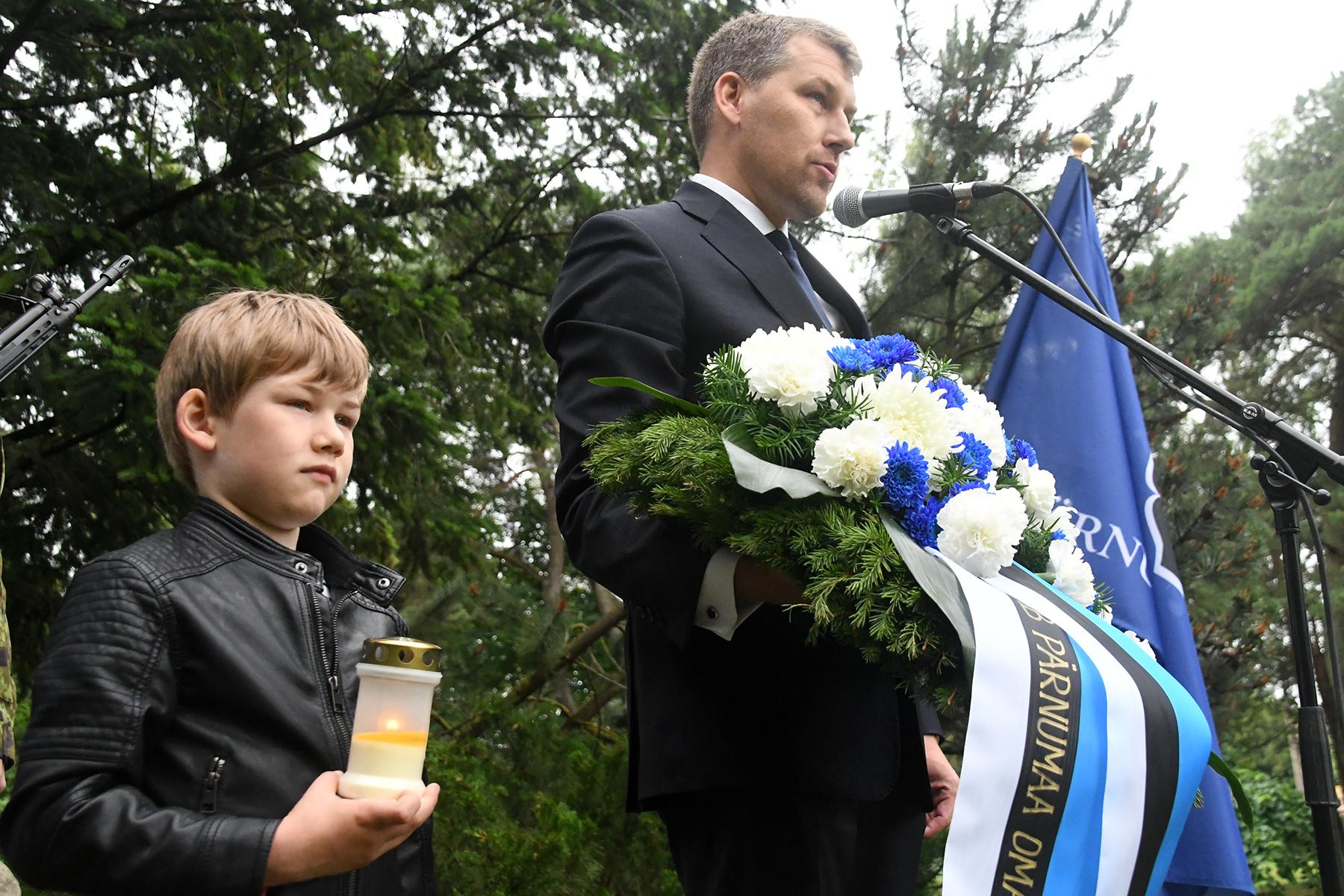 Armin ja Andres Metsoja Leinapargi mälestuskivi juures. Foto Urmas Saard
