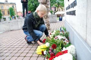 Ats Kaldma asetab lilled Võnnu lahingus langenute mälestuseks Foto Urmas Saard