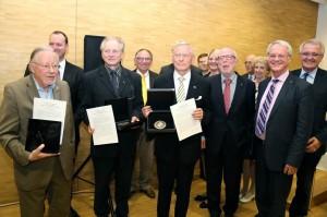 Auhinnasaajad Vytautas Landsbergis, Dainis Ivans ja Trivimi Vellistele koos võõrustajate ja diplomaatidega Münsteri raekoja 17 sajandi kuulsas rahusaalis, kus kunagi lõpetati 30-aastane sõda Foto erakogust