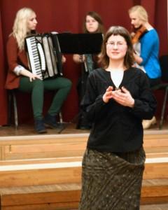 Ave Mets tantsuklubis ebareeglipäraseid masurkasid tutvustamas. Foto: Ruti Kirikmäe