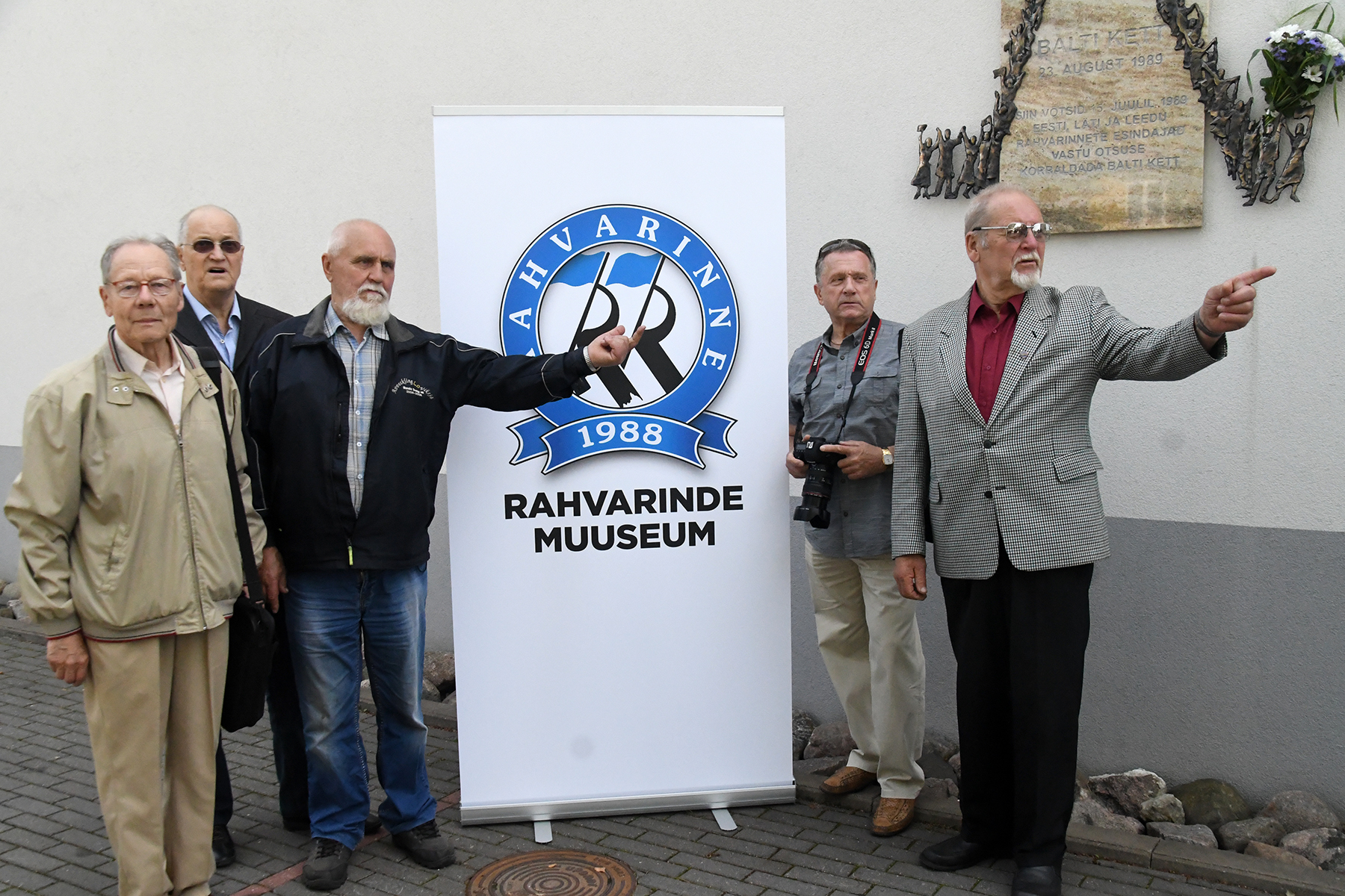Balti keti otsustamise 30. aastapäeval Pärnus Aisa 39 maja juures, kus 2014. a 26. oktoobril avati olulist sündmust tähistav mälestustahvel. Foto Urmas Saard