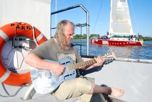 Bluusilegend Üllar Kallau kitarripalad saadavad puuskulptuuridepäevade lõpetamist veel Foto Urmas Saard