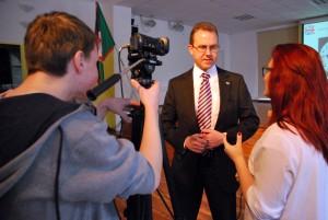 Briti suursaadik Christopher Bruce Holtby vastab Sindi gümnaasiumi noorte teletöötajate küsimustele Foto Urmas Saard