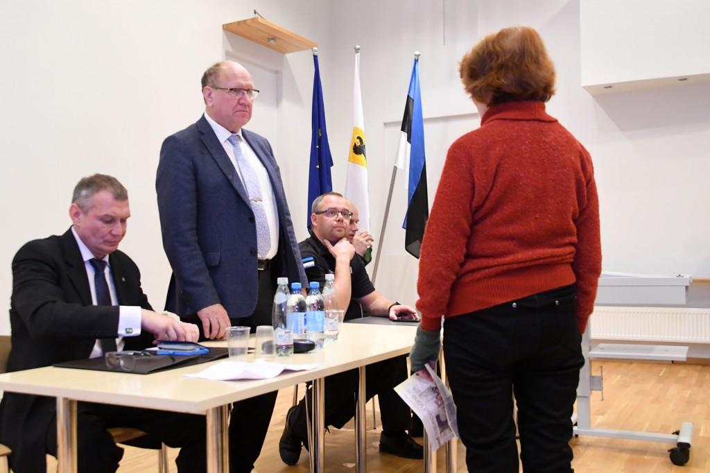 Eakas proua ministrile ja prefektile oma muret kirjeldamas. Foto Urmas Saard