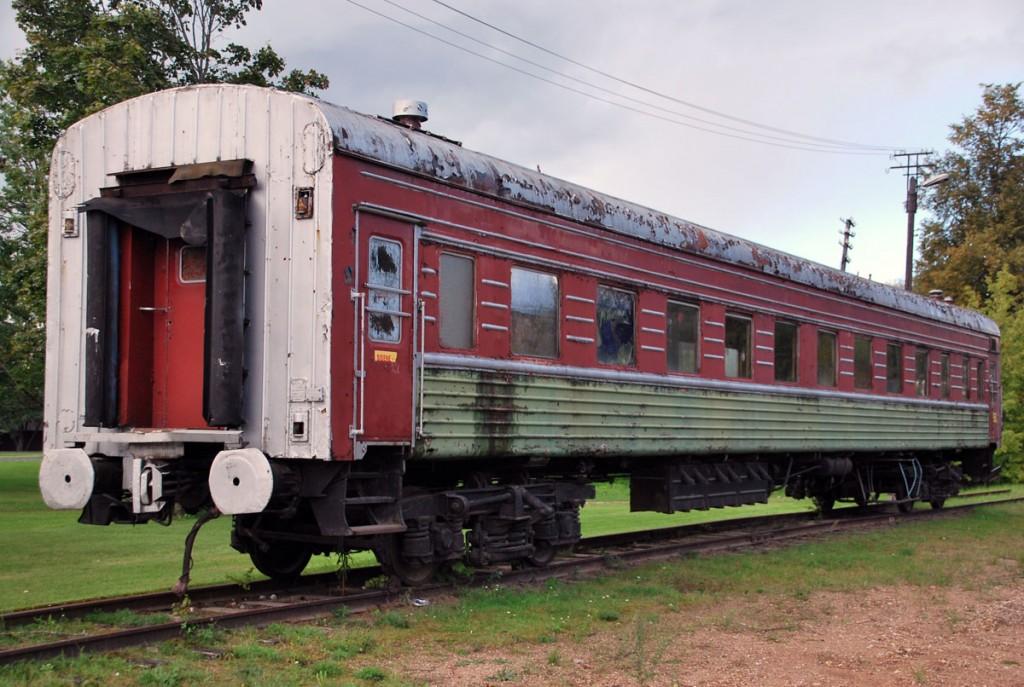 Edelaraudtee kinkis ammuse raudtee mälestuseks Mõisakülale vana reisivaguni, mis jäi alles koos mõnesaja meetrise raudteejupiga Foto Urmas Saard
