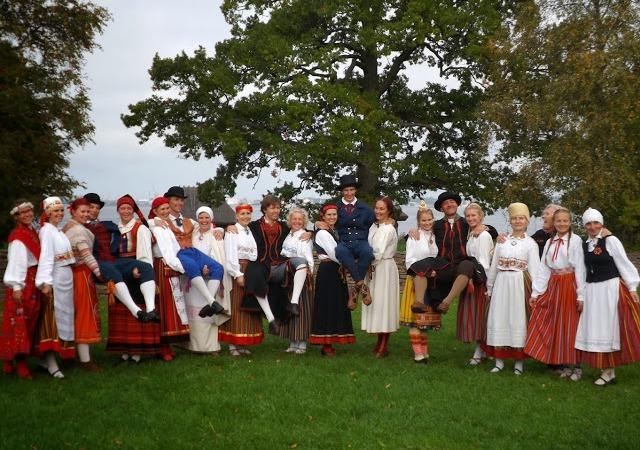 Eelmise rahvatantsujuhtide kooli lõpetajatest on saanud tegusad tantsujuhid. Foto pärineb 2013. aastast.