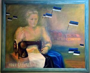 Emilie Beermann esimest sinimustvalget lippu õmblemas Põltsamaa kunstikooli direktori Ethel Hakkaja ja tema õpilaste tehtud maalil. Foto: Johannes Haab