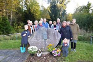 Vigala kandi elanikud mälestusõhtul M. J. Eiseni mälestusmärgi juures.