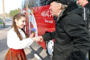 Eliise Kull tervitab Sinti saabunud Raik-Hiio Mikelsaart sinililledega Foto Urmas Saard