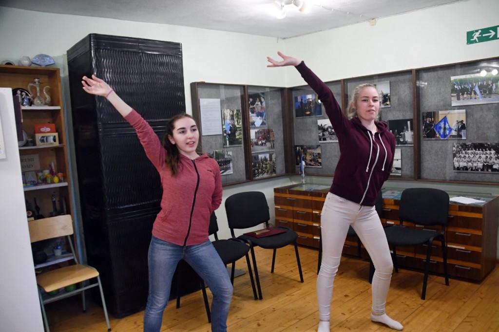 Elise Kull ja Chätlyn Parts Sindi muuseumis Foto Urmas Saard