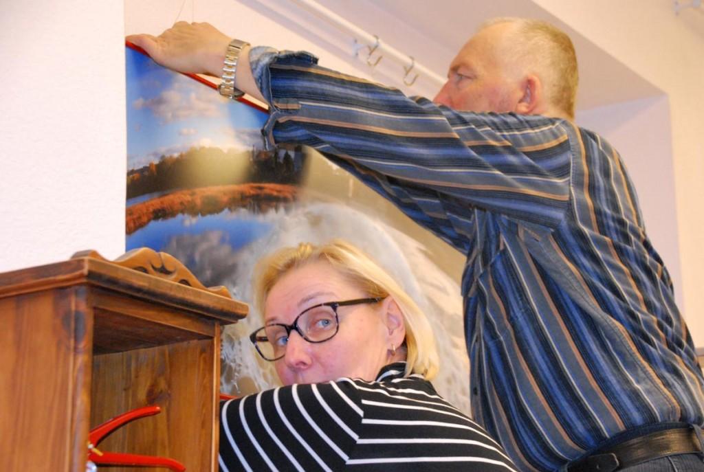 Ene Michelis aitab Henn Soodlat näituse üles panekul Foto Urmas Saard