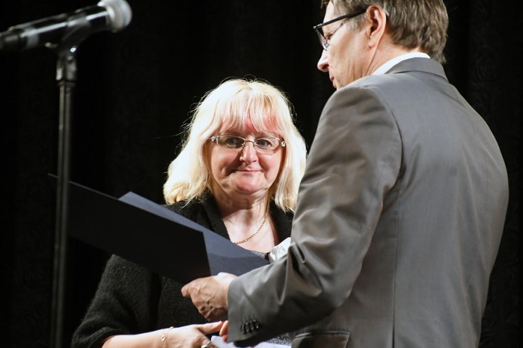 Eneli Arusaar saab  Eesti lipu seltsi juhatuse tänukirja Foto Urmas Saard
