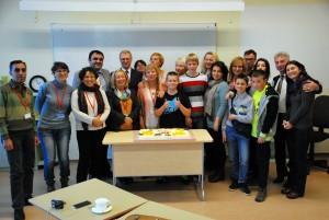 Erasmus+ projekti töögrupp valmistub suurt torti sööma Foto Urmas Saard