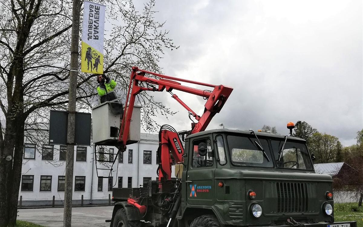 Esimesed Rakvere juubelilipud paigaldati Kastani tänavale. Foto: Kristel Mänd