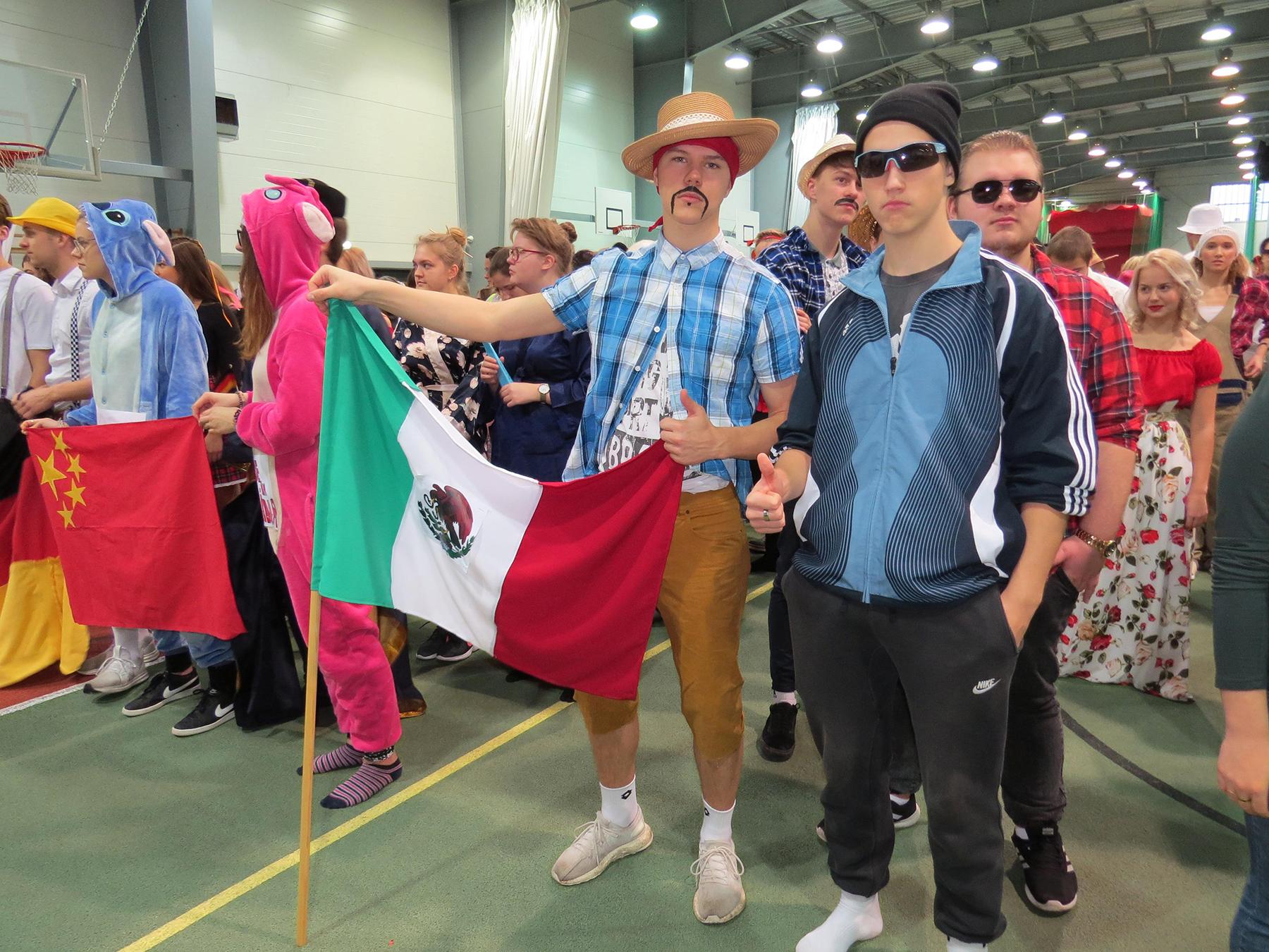 Esiplaanil Mehhiko lipu all võistlejad. Foto Pärnu ühisgümnaasium