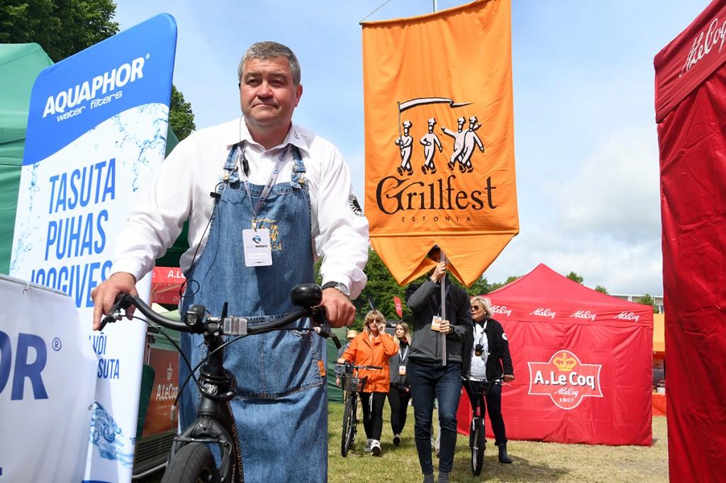 Grillfesti korraldaja Auris Rätsep tervitab ühes saatjaskonnaga kõiki kauplejaid Foto Urmas Saard