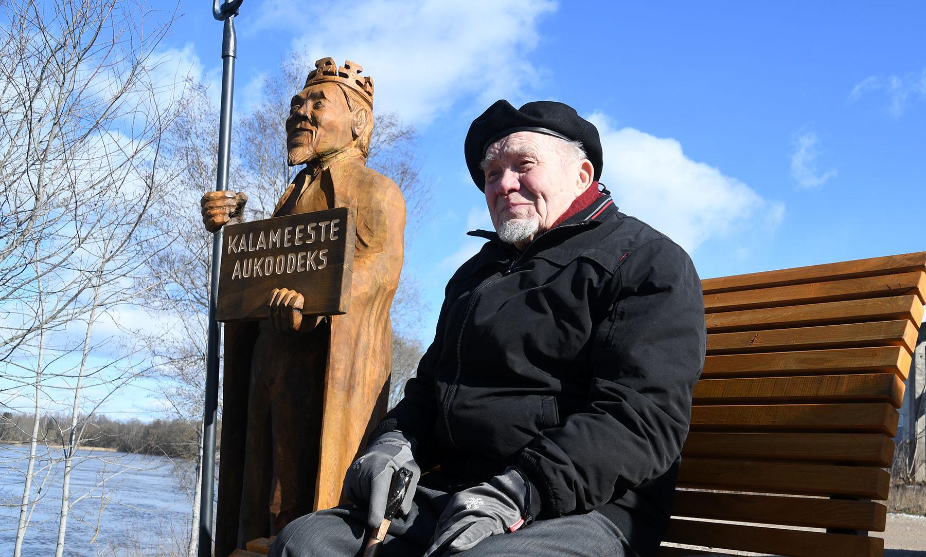 Hans Soll Sindis Pärnu jõe kaldal omanimelisel pingil istumas. Foto Urmas Saard