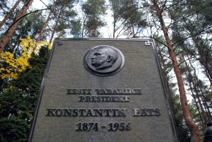 Hauatähis Konstantin Pätsi kalmul Metsakalmistu mändide all Foto Urmas Saard
