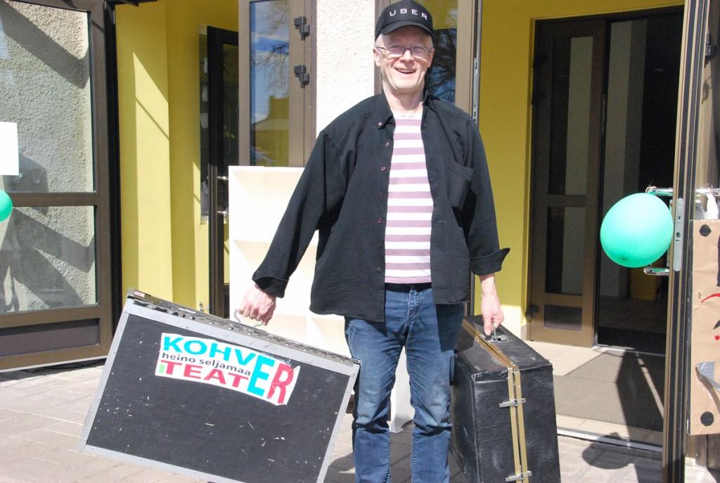 Heino Seljamaa lahkub oma kohverteatriga Foto Urmas Saard