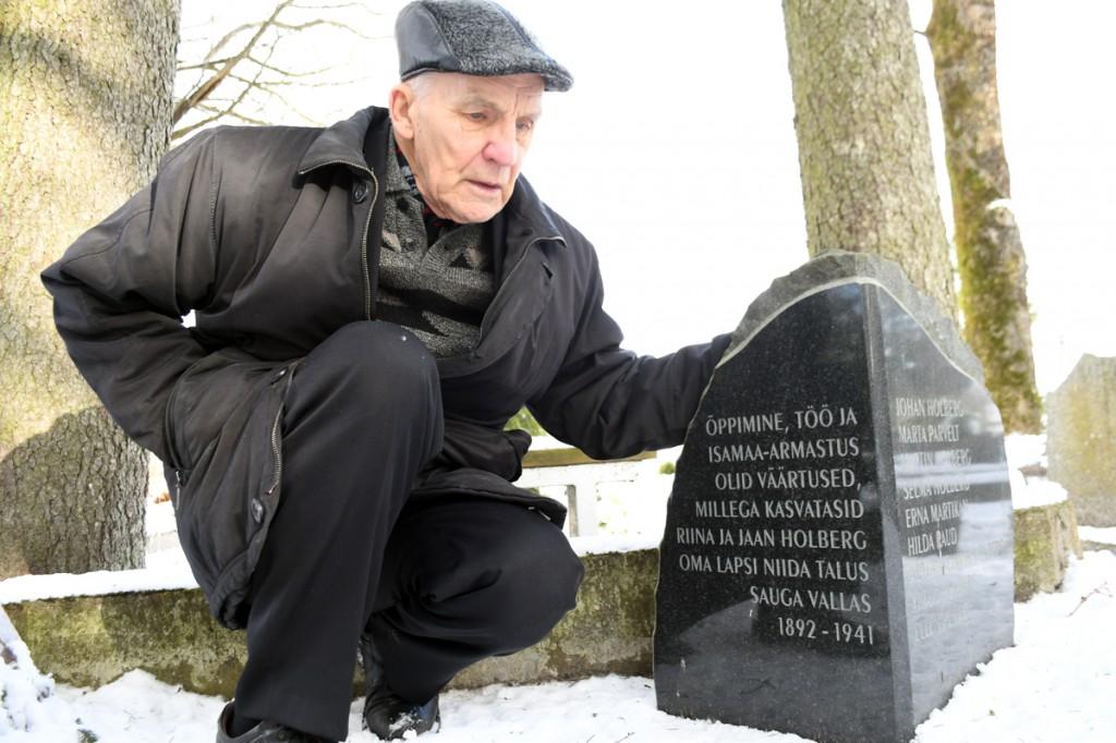 Heldor Käärats juhatas Vana-Pärnu kalmistule, kus puhkavad Johan Holbergi ema ja isa Foto Urmas Saard